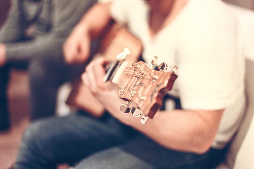 ギターなどの楽器の保管時に「乾燥剤」を入れるのは間違いなので「湿度調整剤」を使おう